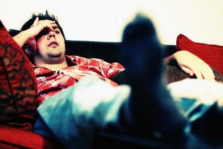 Що робити, якщо чоловік лежить на дивані і не думає допомагати - інструкція для дружин