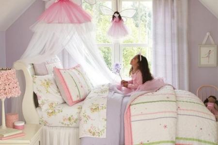 Дівчинка в дитячій кімнаті в стилі принцеси