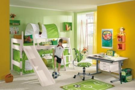 Хлопчик-школяр у дитячій кімнаті в спортивному стилі
