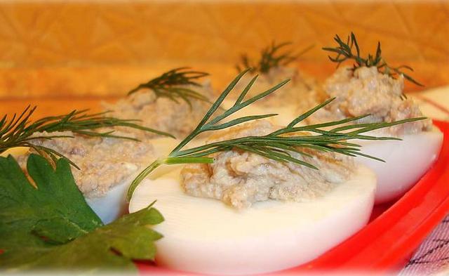 Фаршировані яйця: рецепт. Закуски для святкового та повсякденного столу