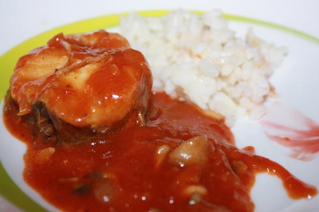 Хек в томатному соусі в мультиварці