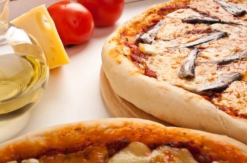 Італійська піца Маргарита з кількою: рецепт