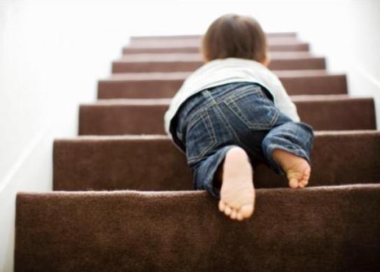 Як зробити будинок для маленької дитини безпечним, усунувши потенційні небезпеки в побуті?