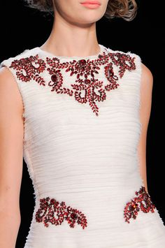 Як прикрасити сукню своїми руками?