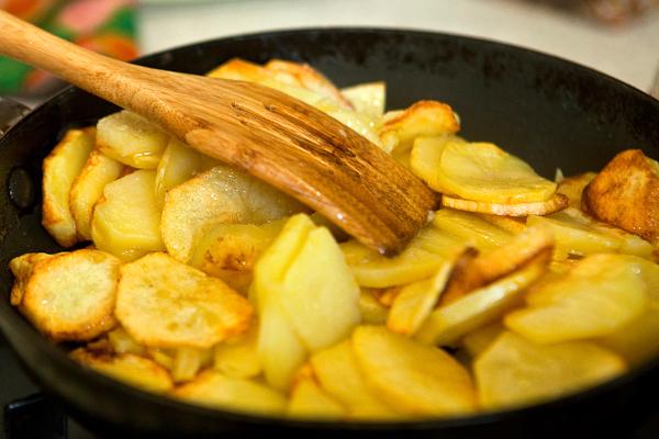 Як смажити картоплю на сковороді? Рецепти смаження на салі, маслі і з цибулею