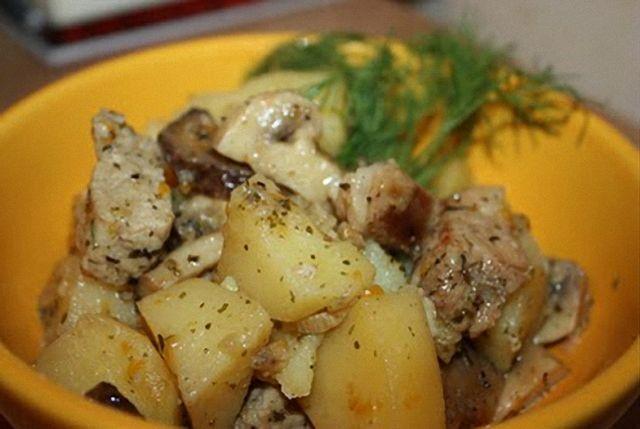 Як приготувати молоду картоплю зі свининою в мультиварці?