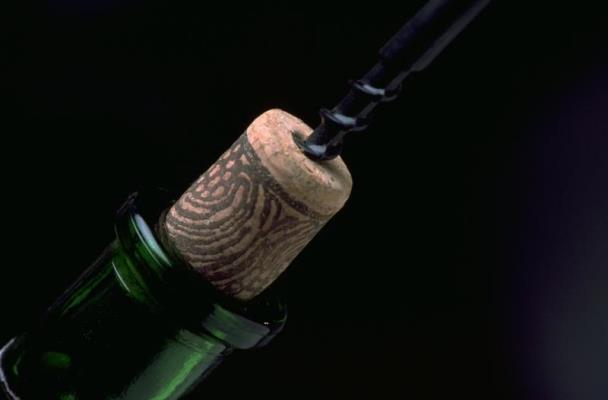 Чи можна відкрити пляшку вина без штопора? Скільки зберігається відкрите вино?