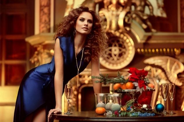 Жінка в синьому платті