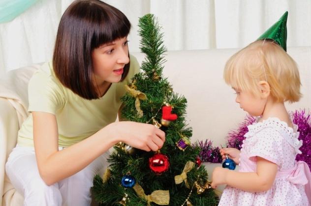 Мама и дочка наряджають ялинку: новий рік з дитиною