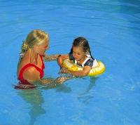 Навчання дитини плаванню