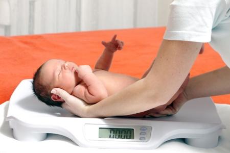 Збільшення ваги у новонародженого: чи варто довіряти нормам, таблицями і формулами?
