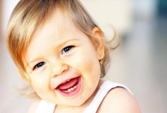 Прорізування молочних зубів у дітей: як допомогти дитині?