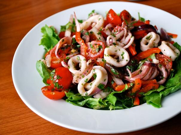 Салат з консервованих кальмарів. 7 рецептів на кожен день