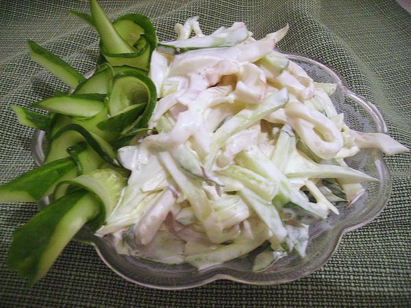 Салат з кальмарами і яйцем. Прості рецепти на кожен день і вишукані - для святкового столу