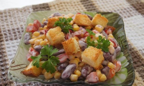 Салат з кукурудзою та сухариками: рецепт. Як приготувати салат з куркою і сухариками?