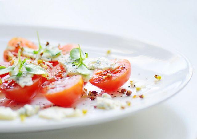 Салат з помідорами чері і руколою
