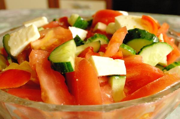 Салат з помідорами та огірками. Варіанти рецептів страви і його калорійність