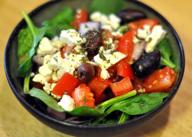 Салат з помідорами й огірками та сиром: рецепт