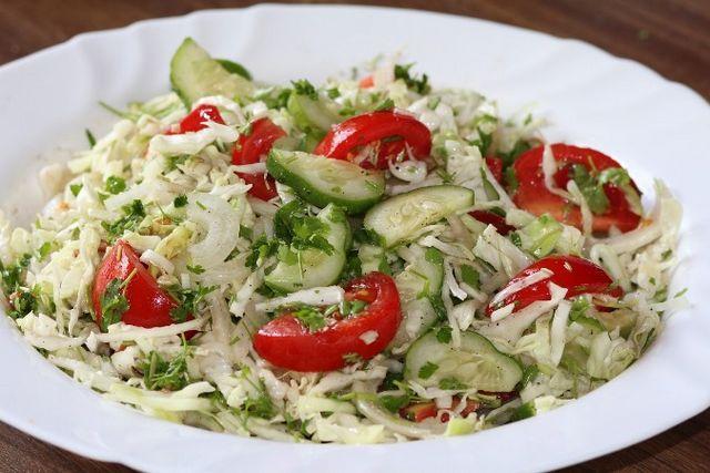 Салат з капусти з помідорами й огірками: приготування