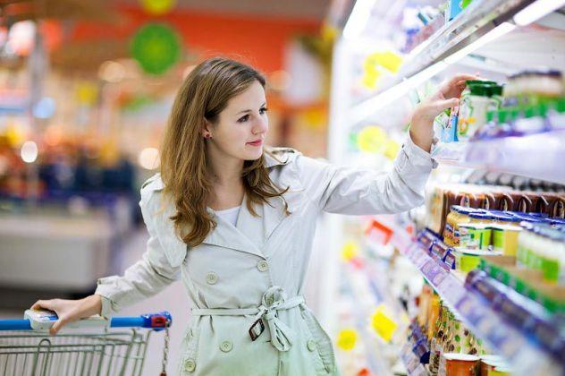 Жінка вібірає продукти до новорічного столу