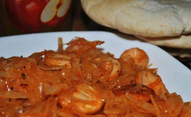 Тушкована капуста з сосискою: класичний рецепт