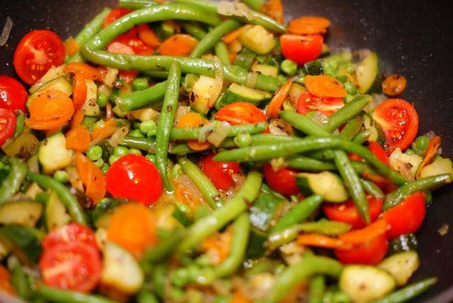 Тушковані заморожені овочі з сиром в мультиварці