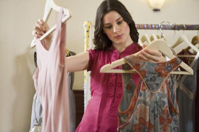 Жінка вибирає сукню на новий рік