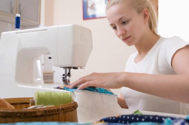 Жінка шиє новорічне плаття