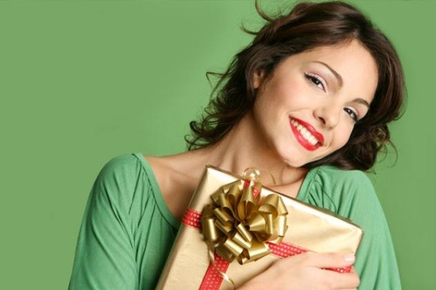 Жінка з подарунком: що замовити на новий рік