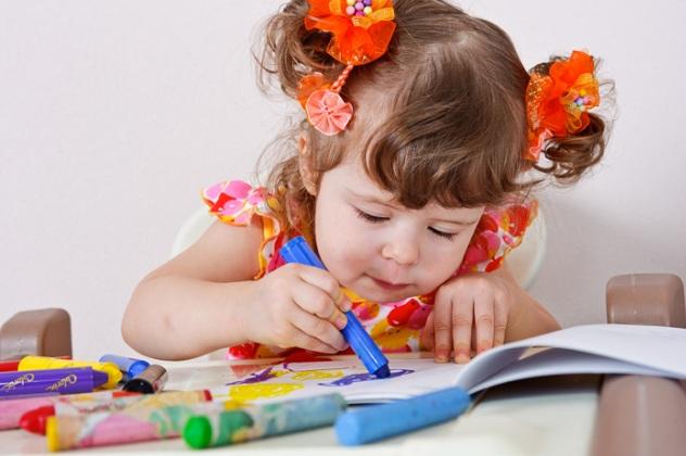 Дитина малює: чім зайнятості малюка на новорічних канікулах