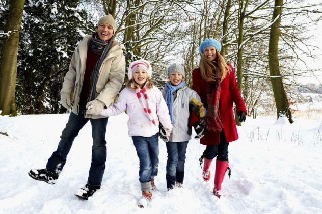 Сім'я на прогулянці взимку